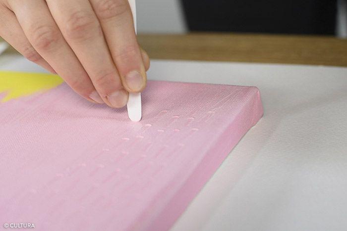 2. Éclaircir légèrement le coloris rose avec le blanc. Appliquer une seconde couche sur la partie rose de la toile à l'aide du spalter. Tracer des petites lignes graphiques sur toute la zone rose avant le séchage de la peinture à l'aide de l'embout d'un couteau à peindre. Laisser sécher.