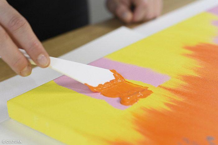 5. Préparer la texture orange vif, mélanger le gel brillant (1/2) au mélange de peinture acrylique coloris orange (1/2). Créer deux bandes texturées sur les bandes coloris rose « effet déchiré » à l'aide du couteau à peindre plat. Laisse sécher.