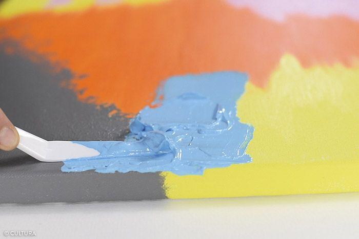 6. Préparer la texture bleue : mélanger le gel brillant (1/2) à la peinture acrylique bleu clair (1/2). Appliquer la texture à l'aide du couteau à peindre sur la zone définie. Laisser sécher.