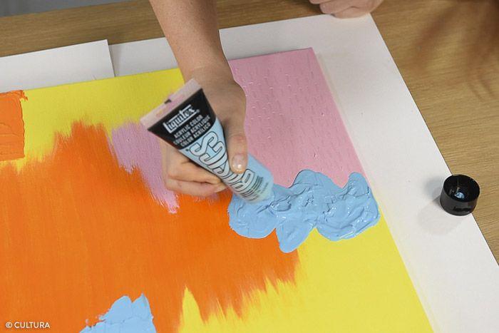 7. Dévisser le bouchon du tube acrylique bleu clair et exercer une pression pour appliquer la couleur du tube sur la toile. Peindre la zone définie.