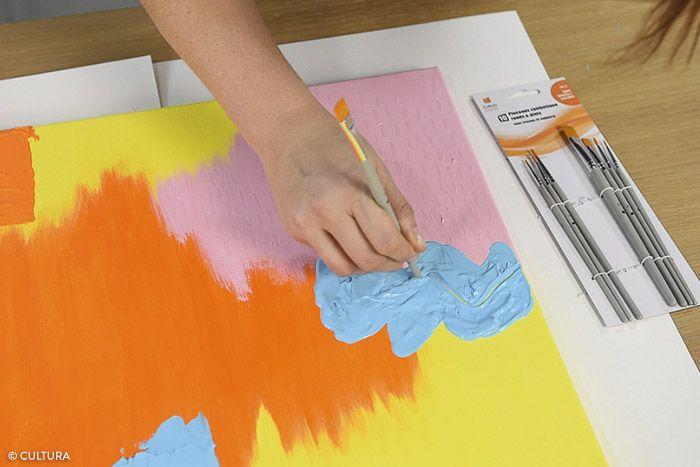 8. Avant le séchage de la peinture, tracer une ligne courbe et graphique à l'aide de l'embout d'un pinceau. Laisser sécher.