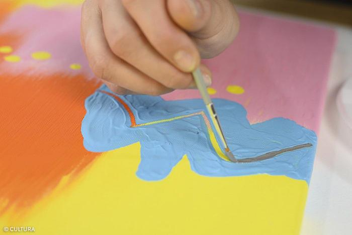10. Peindre la ligne courbe en gris neutre. Laisser sécher.