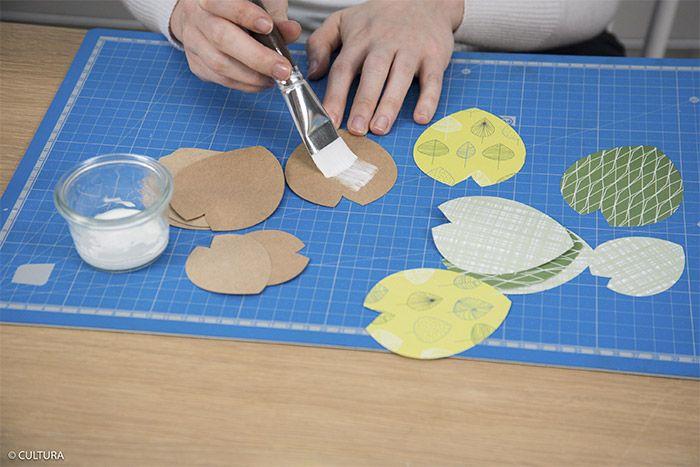 2- Coller dos à dos une feuille kraft et une feuille imprimée de même dimension à l'aide de la colle vinylique. Répéter cette action pour former environ quarante feuilles pour la plante.