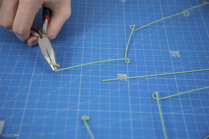 5- Créer des boucles sur les longueurs des fils à lier à l'aide de la pince à bijoux plate tous les 8 cm environ.