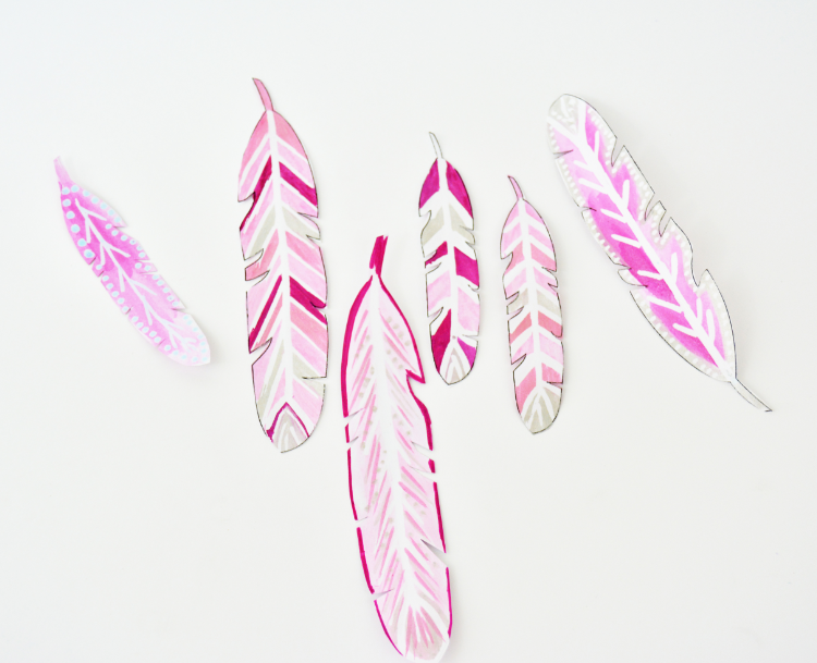 5. Peindre plusieurs plumes de tailles différentes en mixant les couleurs et les effets de peinture.