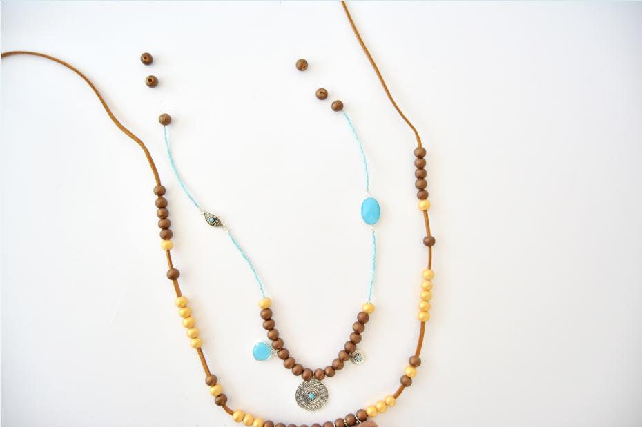 6. Enfiler à la suite de la perle dorée les perles miyuki et placer une nouvelle breloque au centre comme expliqué en étape 4. Finir par une perle ronde coloris chocolat comme expliqué en étape 3.