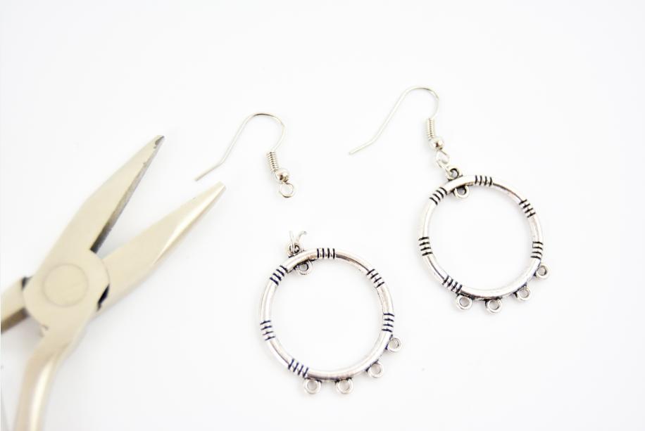 1. Ouvrir l'anneau supérieur des pendentifs et insérer la boucle d'un crochet d'oreille.