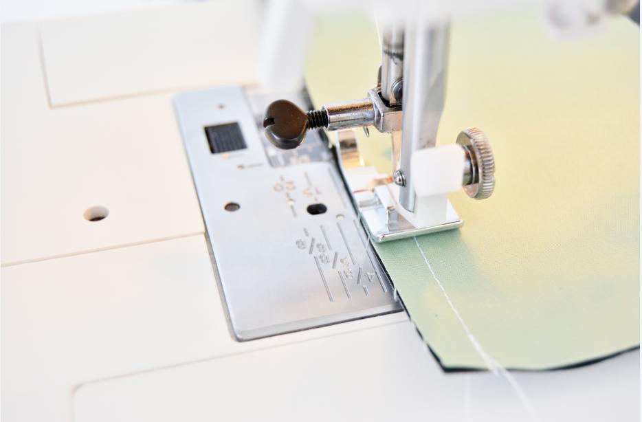 3. Montage du tote bag, doublure : Assembler et épingler les deux pièces de tissus imprimés endroit contre endroit à 1cm du bord. Coudre les 3 côtés en laissant une ouverture en bas de la doublure de 20 cm ( Cela va permettre de retourner le sac pour la finition) Extérieur : Assembler les deux pièces de tissu uni de chaque côté de la pièce de tissu ardoise endroit contre endroit, coudre à 1 cm du bord. Rajouter et assembler la pièce de liège au bas du sac, endroit contre endroit ( attention au sens de l'imprimé).Faire de même pour la 2ème partie du sac.