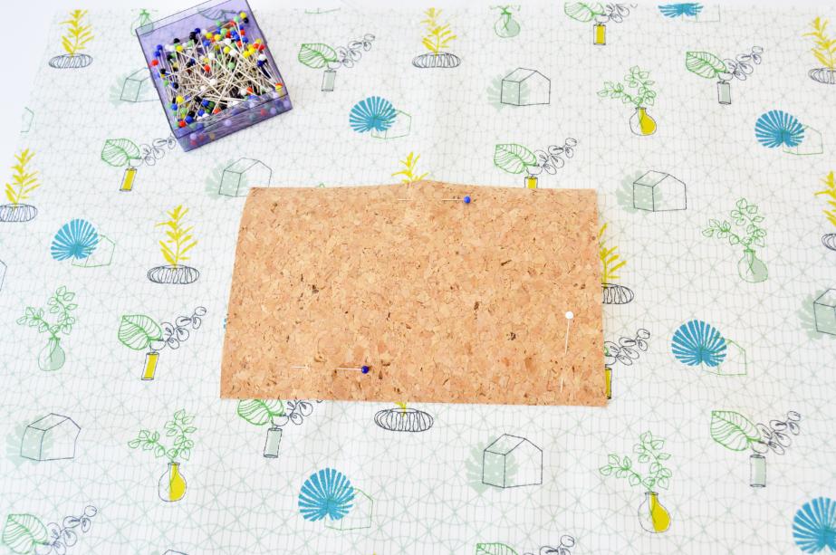 2. Réalisation de la petite pochette intérieur: Positionner la petite pièce de liège sur la doublure ( tissu imprimé ) à 10 cm du haut, la centrer. Coudre au point zig zag les 3 côtés. Attention au sens du tissu imprimé.