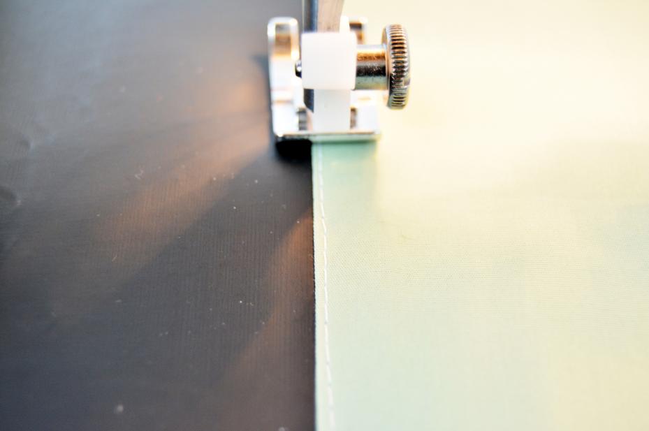4. Avant l'assemblage de l'extérieur du sac, réaliser une surpiqure au point droit de chaque côté des pièces assemblées afin d'apporter une jolie finition. Assembler et épingler les deux parties du sac , coudre à 1 cm du bord.