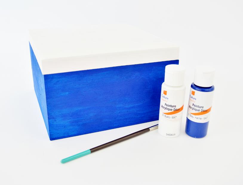 1. Peindre la boite en coloris bleu marine et le couvercle en blanc. Laisser sécher.