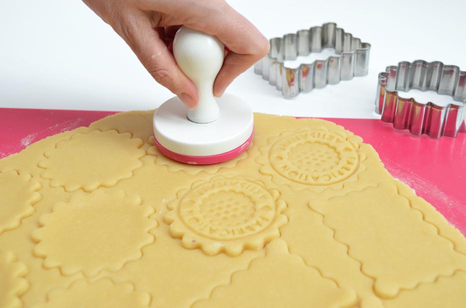 3. Tamponner les biscuits pour leur donner du relief.