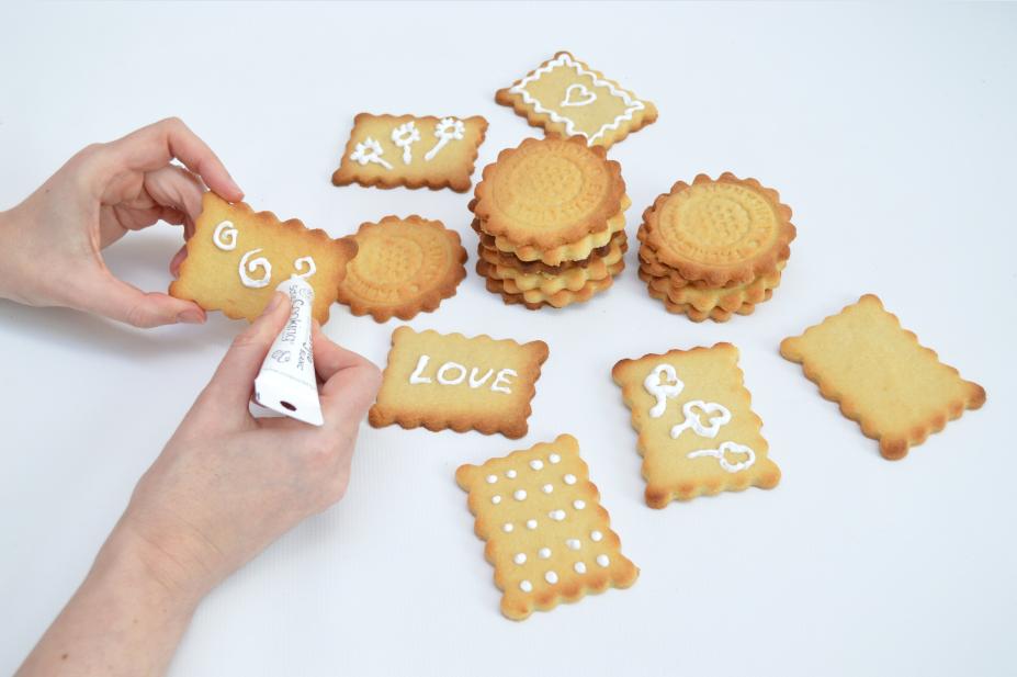 5. Personnaliser les biscuits de motifs ou mots doux à l'aide du stylo de glaçage. Laisser durcir.