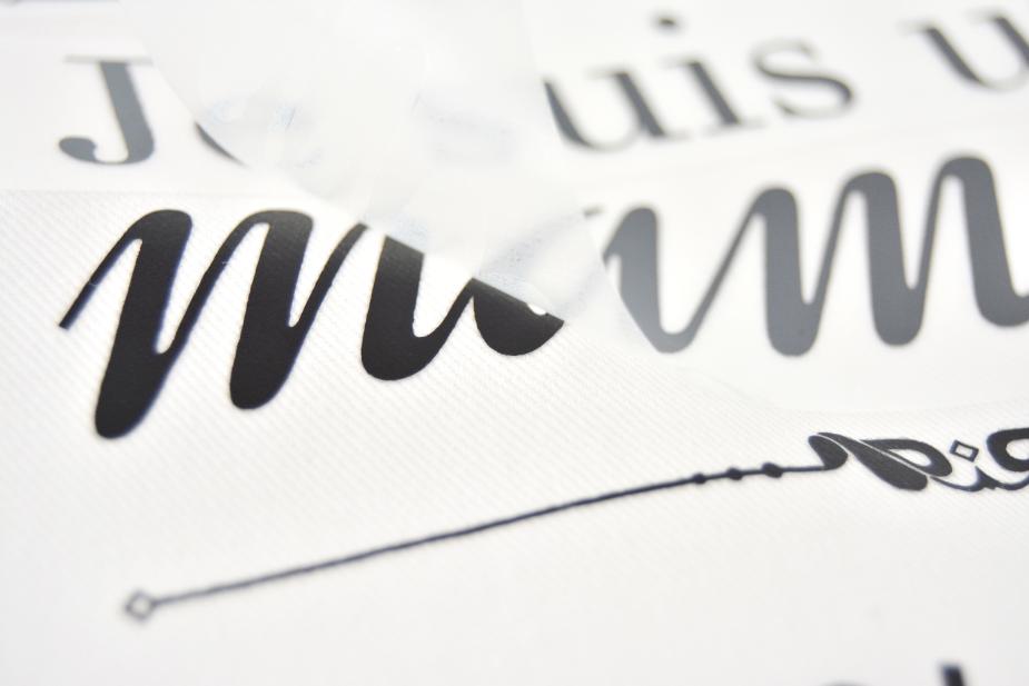 4. Retirer la feuille de papier cuisson pour voir le texte.