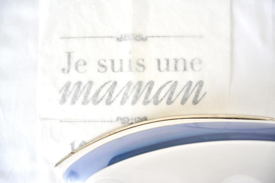 3. Positionner une feuille de papier cuisson (ou un torchon) sur l'ensemble du texte et repasser 5 minutes.