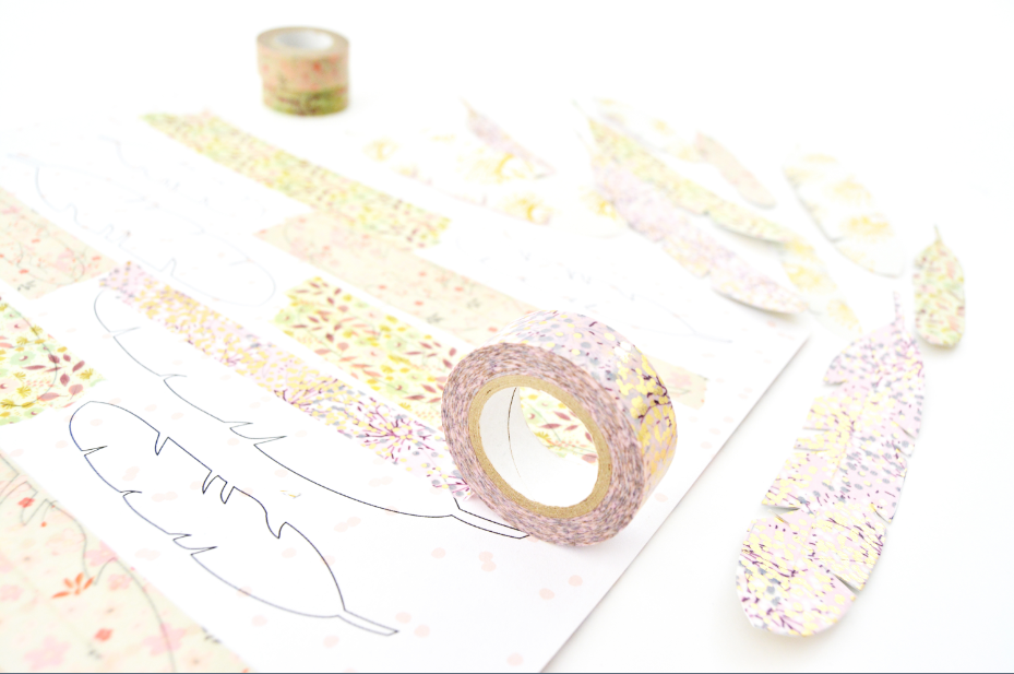 2. Pour créer des plumes à motifs recto/verso, coller deux longueurs de masking tape sur chaque motif imprimé.
