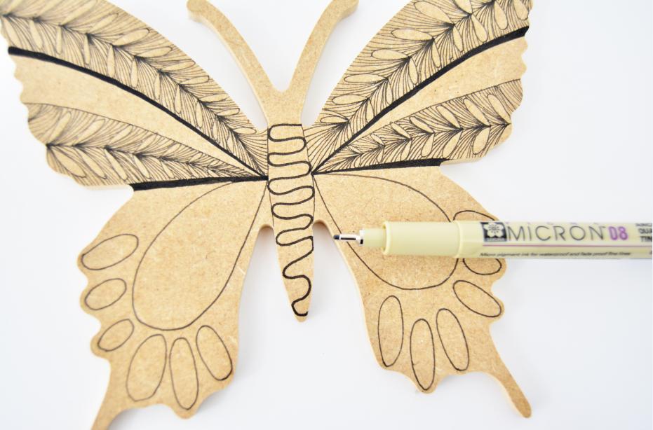 4. Dessiner une ligne courbe en zigzag sur le corps du papillon à l'aide du marqueur Pigma Micron ® n°8.