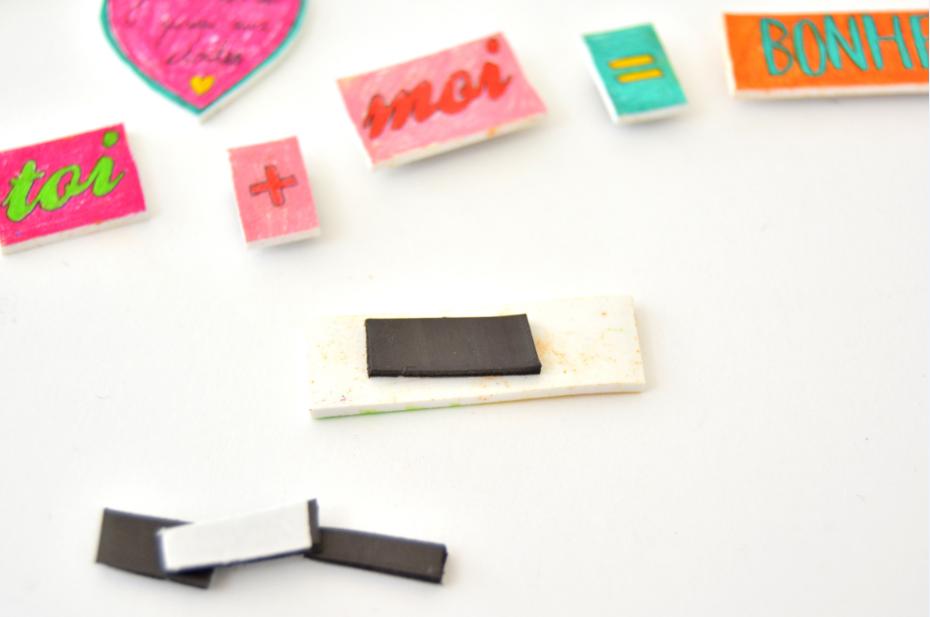 6. Pour créer des magnets, découper des morceaux de bandes magnétiques adhésives et les coller au dos des étiquettes.