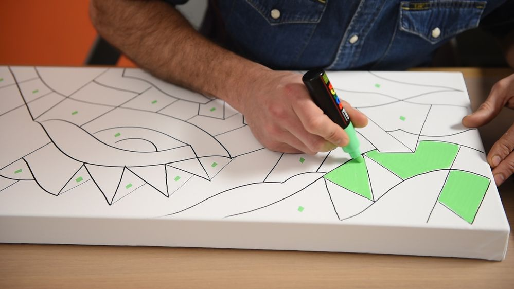 2. Remplir certaines zones à l'aide du marqueur POSCA coloris Vert Fluo (pointe large 8 mm). Laisser sécher. Astuce : Repérer chaque zone à remplir en les marquant d'un point de couleur.