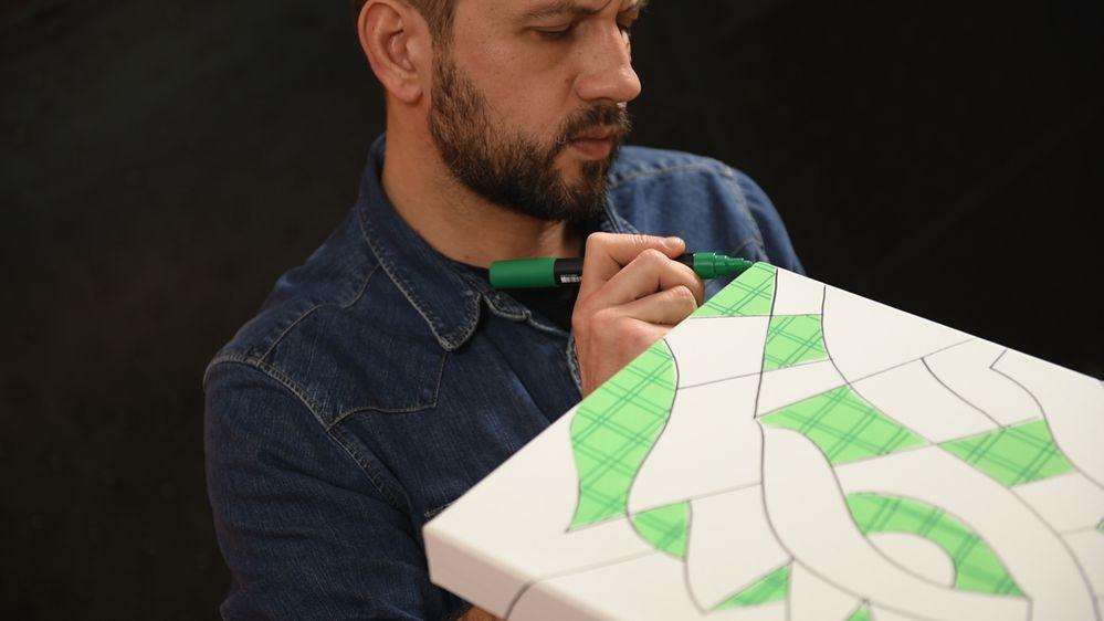 3. Dessiner des traits verticaux et horizontaux dans les zones remplies en coloris Vert Fluo à l'aide du marqueur POSCA coloris Vert Foncé (pointe moyenne 2,5 mm).