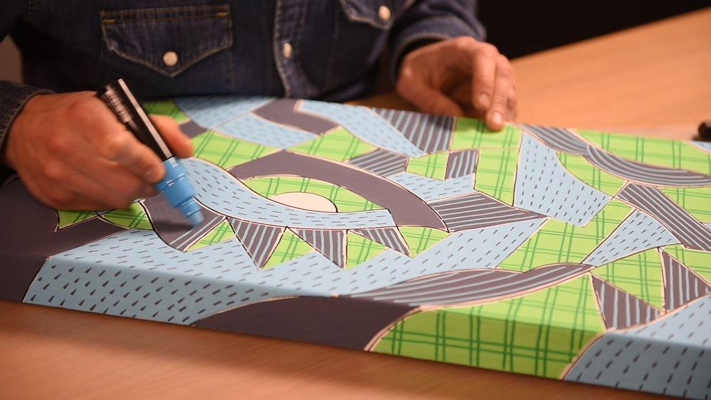 7. Dessiner dans les zones remplies en coloris Gris Ardoise, des traits avec le marqueur POSCA coloris Bleu Clair (pointe large 8 mm) en utilisant la partie fine du marqueur. Laisser sécher.