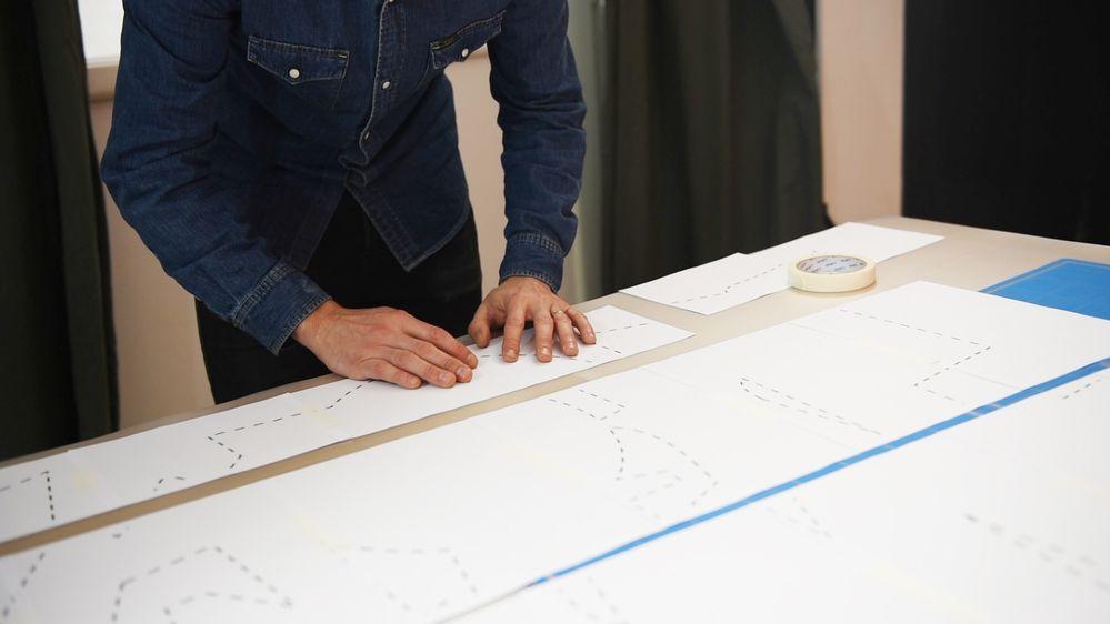 1. Télécharger et imprimer le gabarit. Assemblage du gabarit : Pour constituer le gabarit, assembler les 25 feuilles A4 entre elles à l'aide du ruban de masquage.