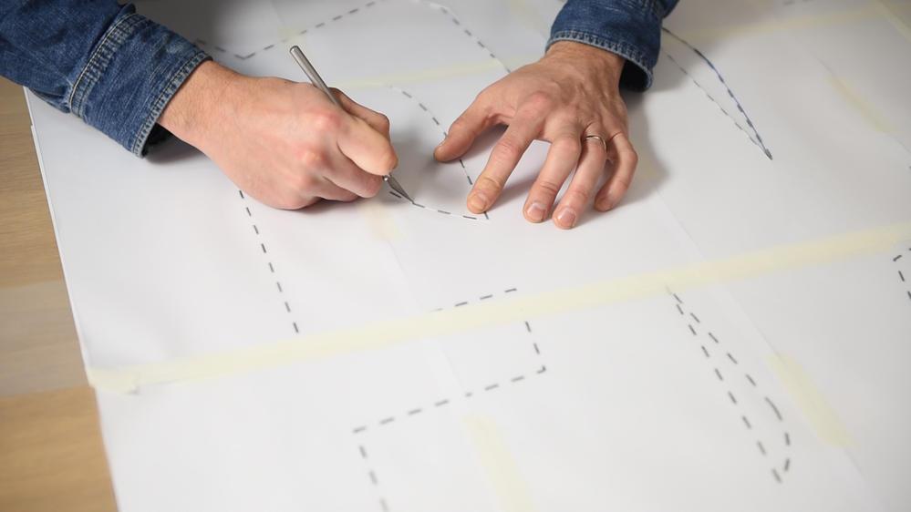 2. Création du pochoir : Assembler à l'aide du ruban de masquage les quatre feuilles plastiques transparentes pour création de pochoir Canson. Positionner le pochoir obtenu sur le gabarit en prenant soin de bien fixer les deux éléments avec du ruban de masquage. Découper les contours du gabarit à l'aide du cutter de précision et conserver les zones grises constituant le pochoir comme présentées sur le schéma ci-dessous. Important : Penser à déplacer le tapis de découpe en dessous des zones à découper.