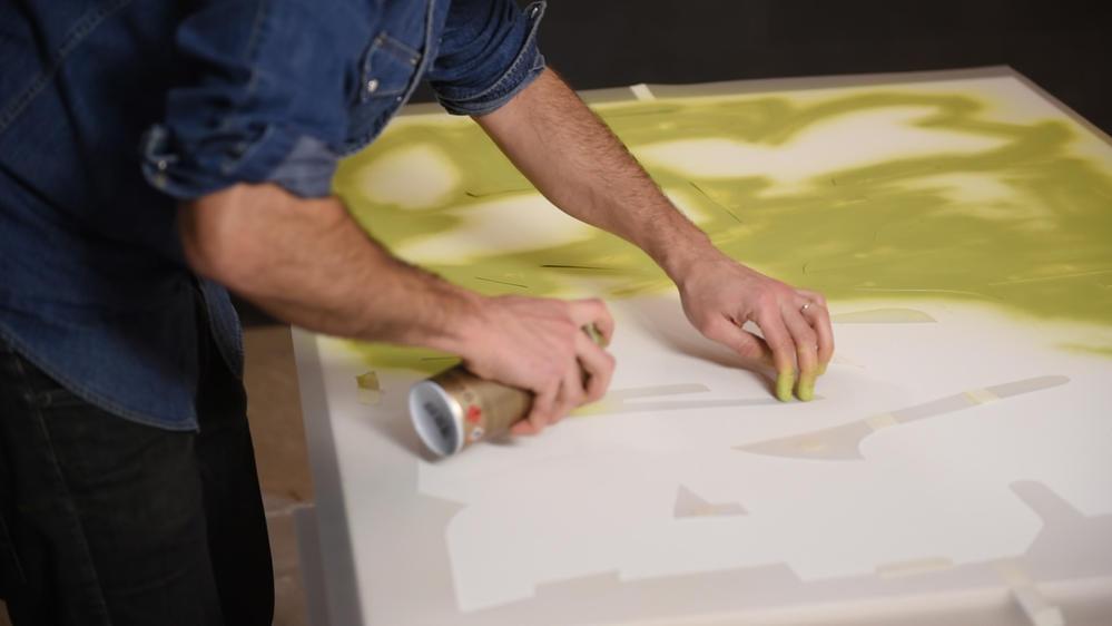 4. Pour cette étape protéger l'espace de travail. Peindre les zones intérieures avec le spray de peinture Montana Gold Acrylic coloris Pepperoni Mild (commencer par le contour du pochoir et finaliser par les plus grandes zones). Laisser sécher. Retirer le pochoir et les formes intérieures.