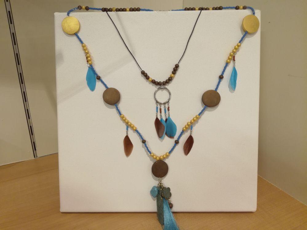 Ce collier est à réaliser dans nos magasins et ateliers créatifs.J'ai utilisé les perles en bois lucy de la peinture acrylique et des plumes