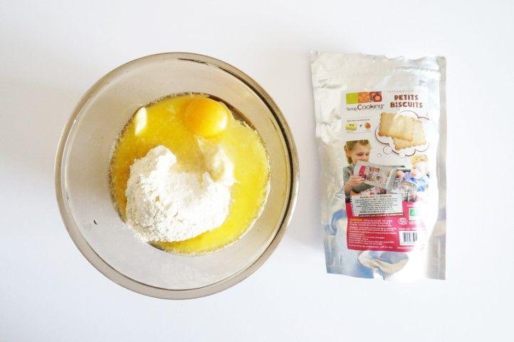 1. Préparer la pâte sablée en suivant les recommandations indiquées sur le produit. Mélanger et former une boule.