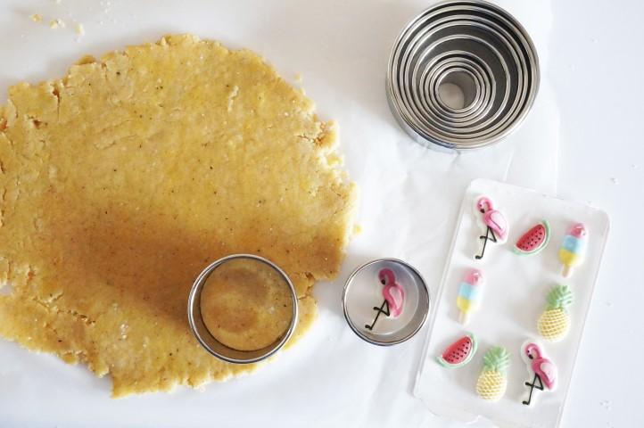 2. Etaler la pâte à l'aide d'un rouleau à pâtisserie. Choisir un emporte-pièce rond adapté à la taille des décors sucrés et choisir un emporte-pièce plus grand pour découper les sablés dans la pâte sablée.