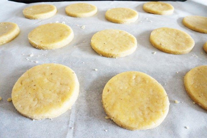 3. Créer tous les sablés et mettre au four en suivant les recommandations indiquées sur le produit. Une fois la cuisson terminée, laisser refroidir.