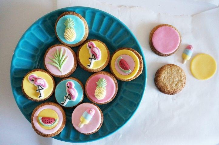 6. Coller les ronds de pâte à sucre et les décors sucrés sur les sablés à l'aide de blanc d'œuf.