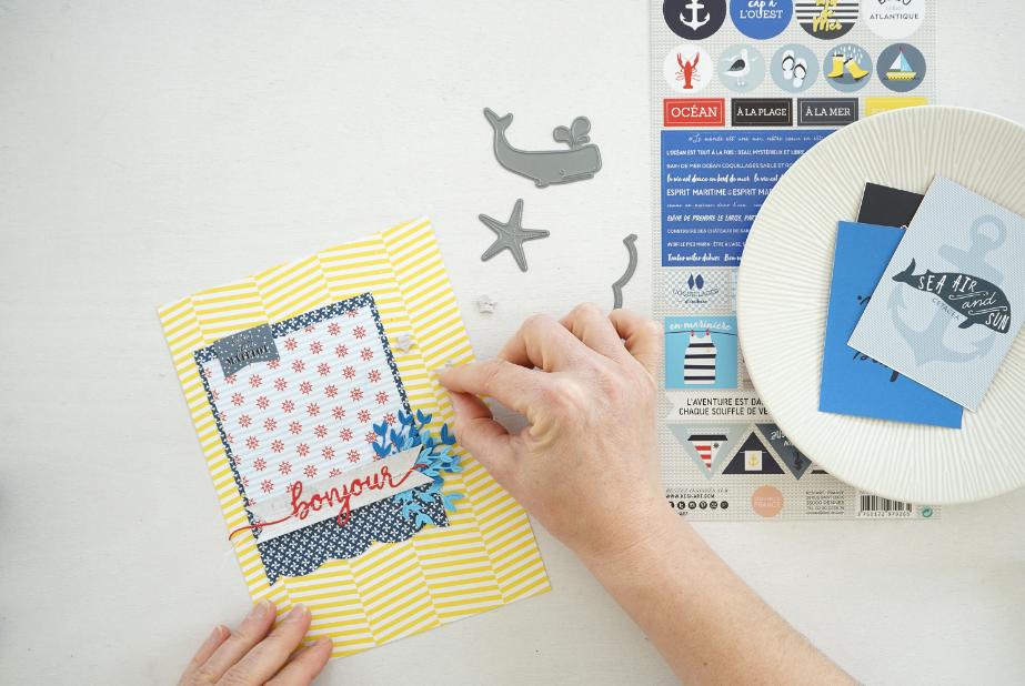Réalisation des pages de l'album :  1. Couper des fonds de page de 21 x 15,2 cm pour les grandes pochettes contenues dans le classeur. Superposer des rectangles de papier pour associer différents motifs. Ajouter de la fantaisie en découpant des motifs avec les dies et la machine de découpe.