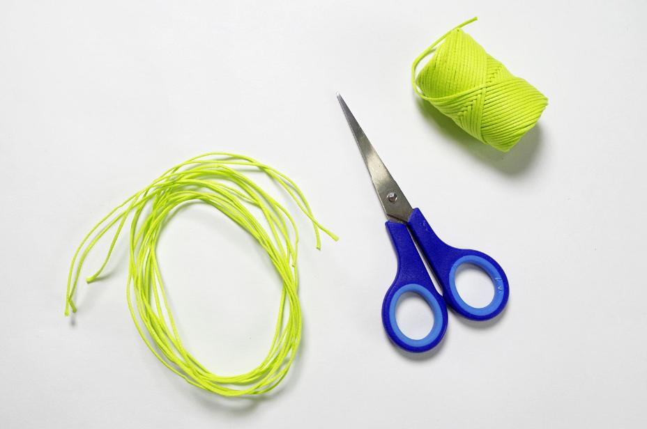 1. Dans la ficelle coloris vert, couper trois longueurs égales d'environs un mètre.