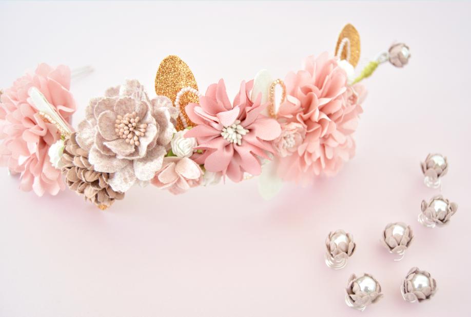 3. Coller les fleurs perlées à l'aide de la colle à bijoux. Ces accessoires pourront orner la coiffure de la Mariée en plus de la couronne.