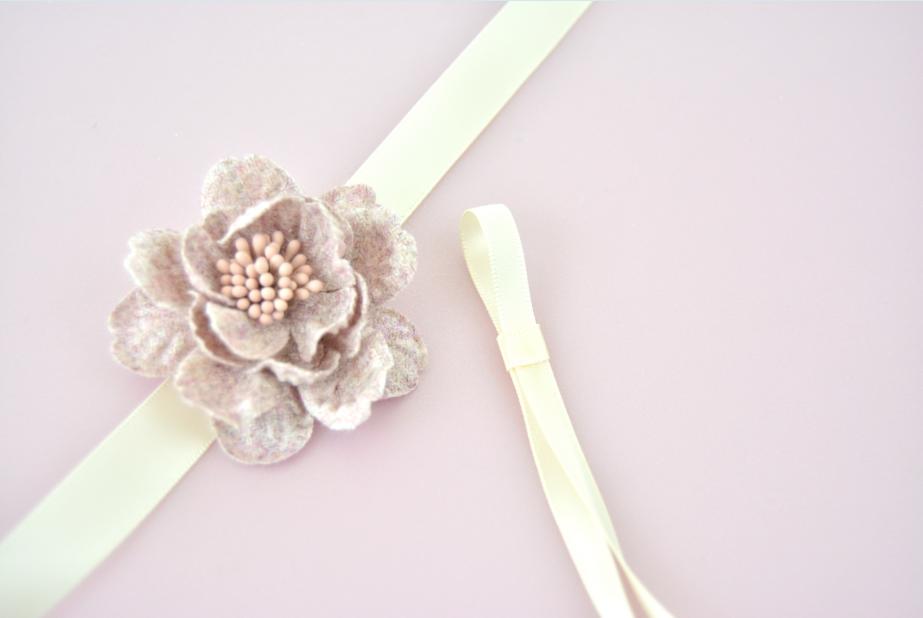 Idée n°3 : Couper une longueur de ruban et former une boucle. La fixer avec un autre morceau de ruban encollé autour. Coller ce noeud et laisser libre ses longueurs.