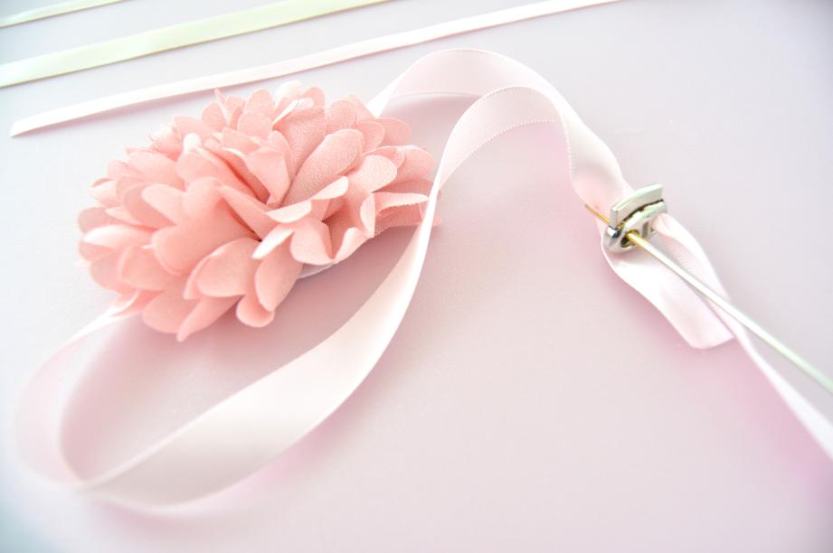 Fermeture des bracelets : Insérer les deux extrémités de rubans dans chaque ouverture du fermoir à l'aide du chas large d'une aiguille.