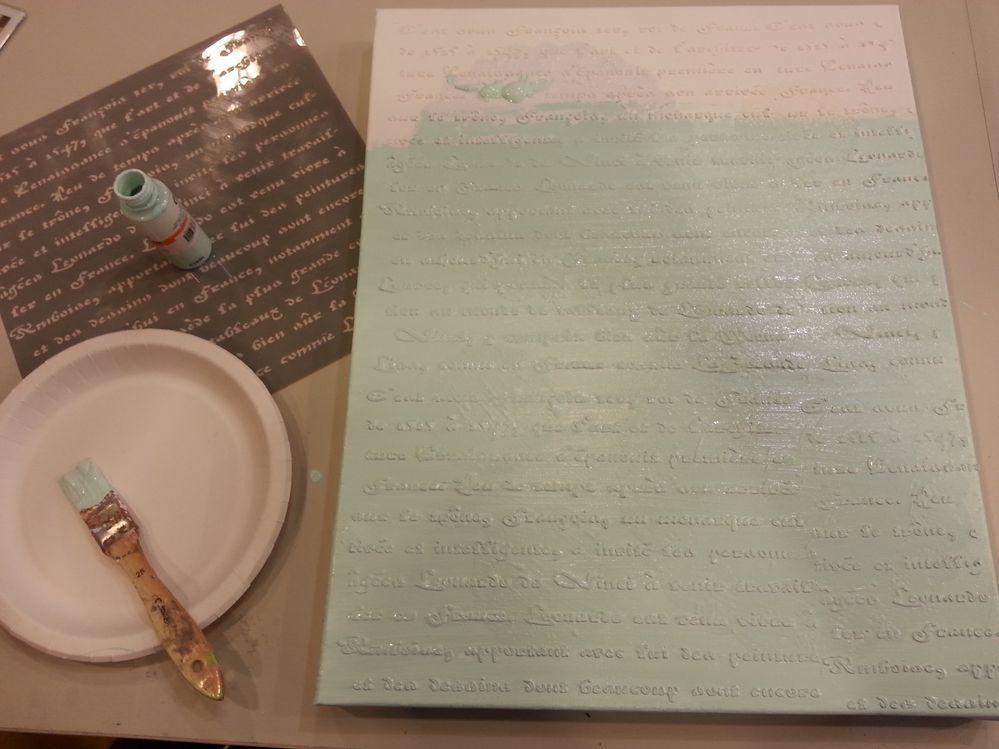 Réaliser le fond à l'aide du pochoir lettre et de la pâte à relief