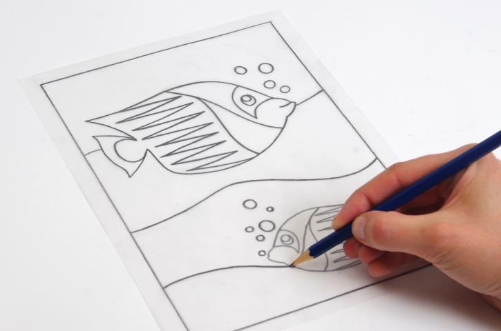 2. Scotcher le calque sur le carton Sablimage vierge (côté papier de protection à décoller). Repasser le dessin avec un crayon dur (H ou HB).