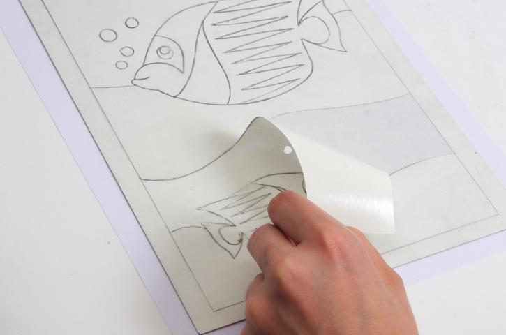 4. Décoller le papier de protection des zones que l'on souhaite colorer de la même couleur.