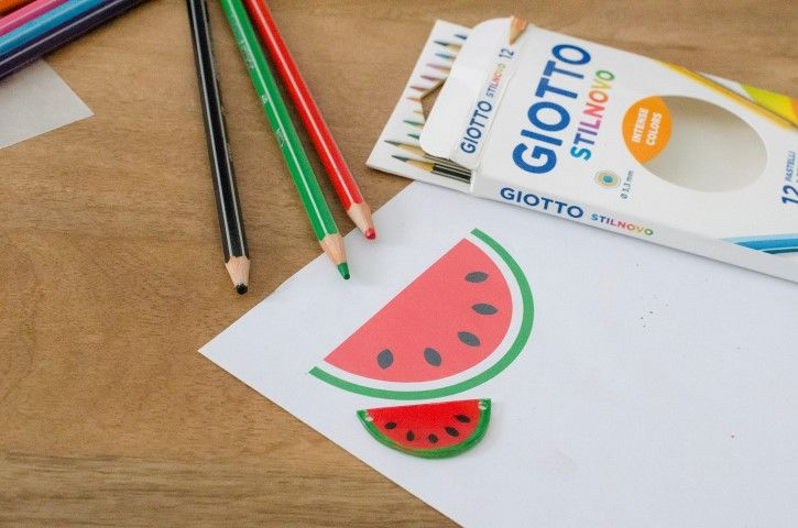 1. Télécharger et imprimer le gabarit de la pastèque puis le reproduire sur la feuille de plastique dingue. Colorier le motif aux crayons de couleurs puis le découper. Faire un trou à chaque extrémité. Manipulation par un adulte : Passer le motif au four jusqu'à ce qu'il rétrécisse.