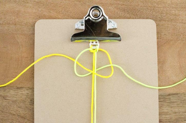 3. Passer le brin vert sous les 2 brins du milieu, et au-dessus du brin jaune. Passer le brin jaune sur les brins du milieu puis au dessous du brin vert. Serrez le noeud en tirant les 2 extrémités.