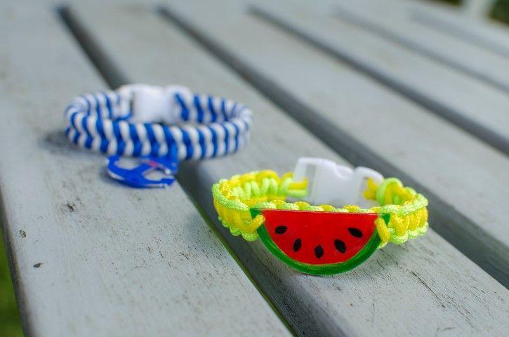 Le bracelet est prêt ! Vous pouvez varier les tressages, les couleurs et les pendentifs, et réaliser par exemple un bracelet marin en tressage fishtail.