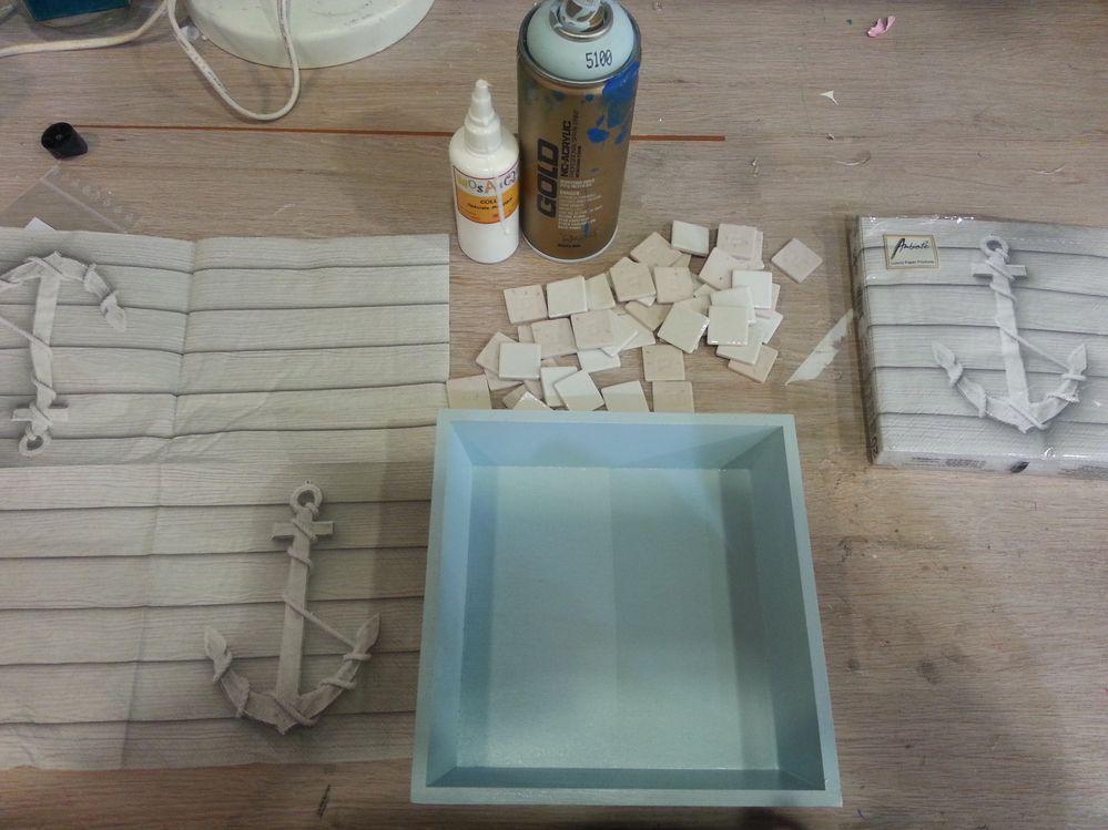 Commencer par peindre votre plateau  au pinceau à l'acrylique, vernir