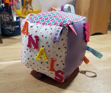 le cube d 39 veil diy un cadeau de naissance parfai. Black Bedroom Furniture Sets. Home Design Ideas