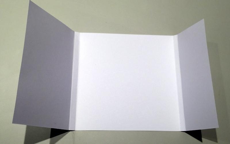 1. Couper la couverture 15 x 30,5 cm dans le papier blanc et la plier à 9, 10, 24,5 et 25,5 cm.