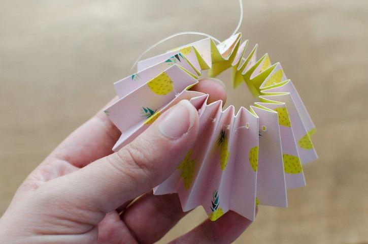 3. Pour bien maintenir la cocarde, enfiler un fil de nylon. Mettre la cocarde bien à plat.