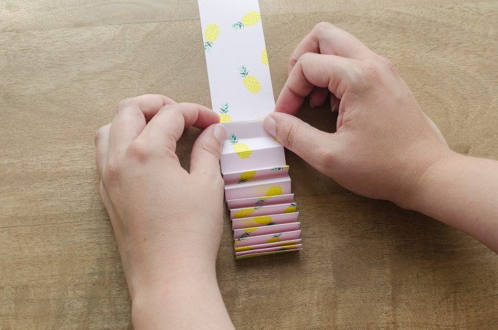 2. Les coller de façon à obtenir une longue bande, la découper à 46cm de long. Plier en accordéon.