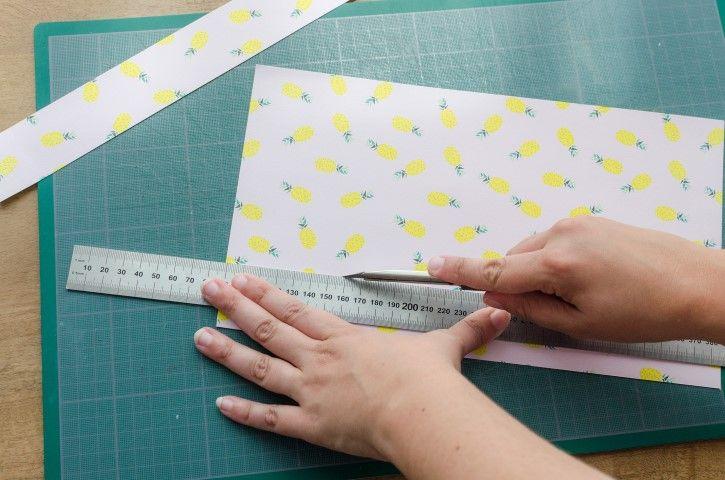 1. Découper dans le papier 2 bandes de 4cm de large.